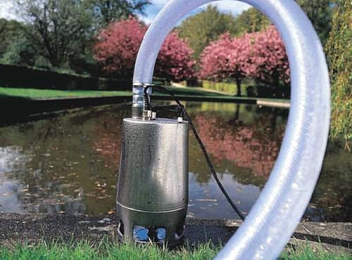 Дренажный погружной насос в водоеме