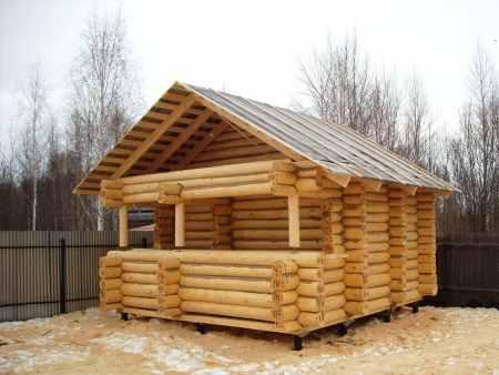 Фото небольшой деревянной бани (установленной на винтовых сваях) на даче