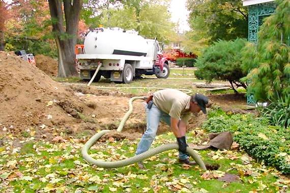 Ассенизаторская чистка выгребной ямы