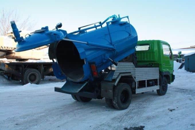 Чистка пластикового резервуара ассенизаторами