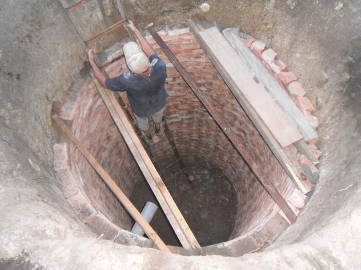 Самостоятельная очистка стен выгребной ямы