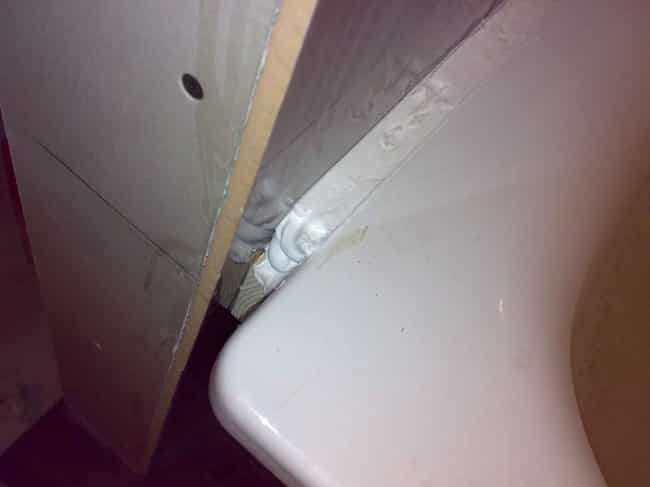 Обработанный зазор между ванной и стеной