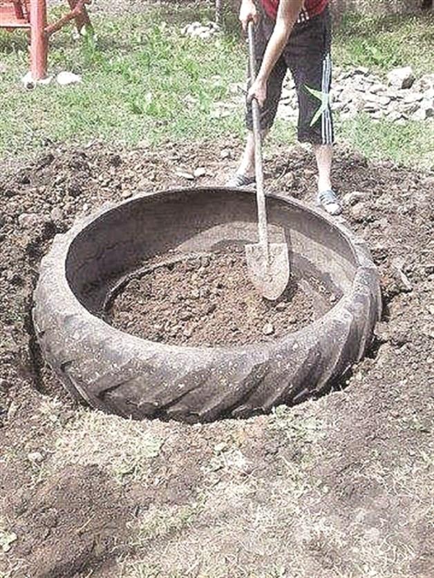 Подготовка котлована для ямы из покрышек