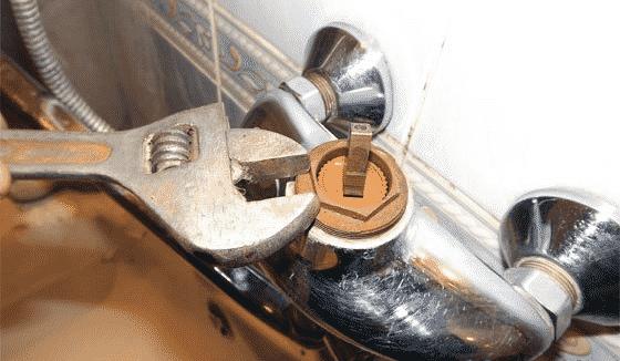 Снятие прижимной гайки в смесителе