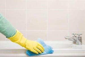 Чистка ванны проводится только в перчатках