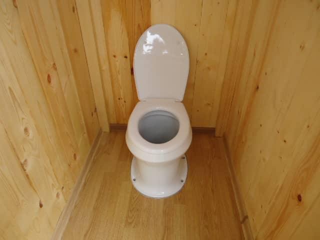 Керамический унитаз в уличном туалете