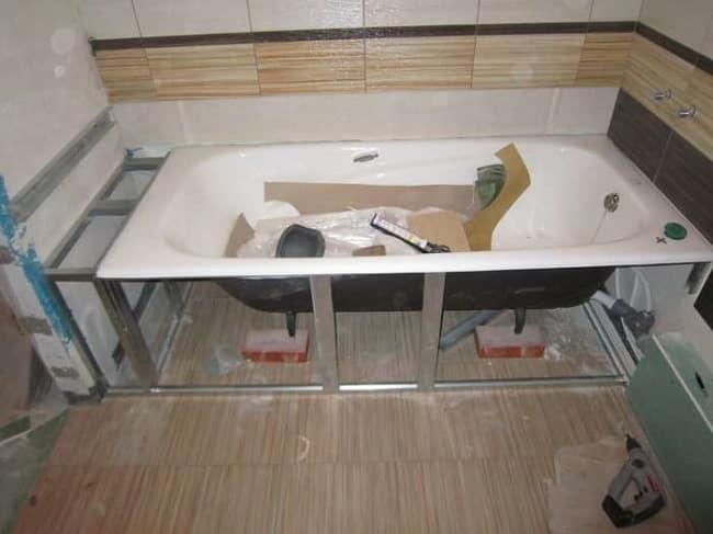 Крепление чугунной ванны на подпорки и каркас