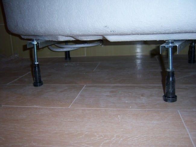 Отрегулированные ножки для установки ванной