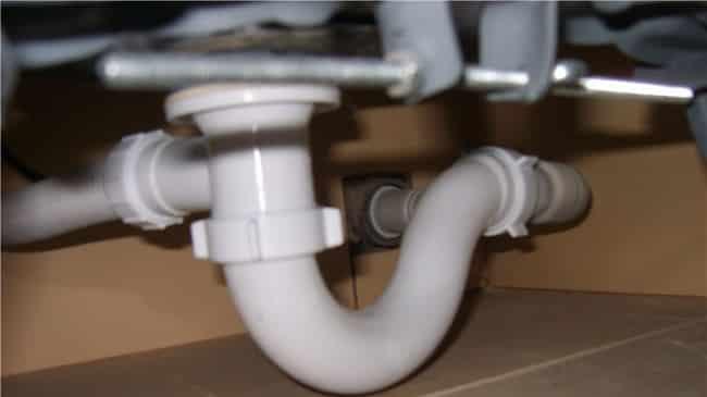Подсоединение сифона к трубам водопровода
