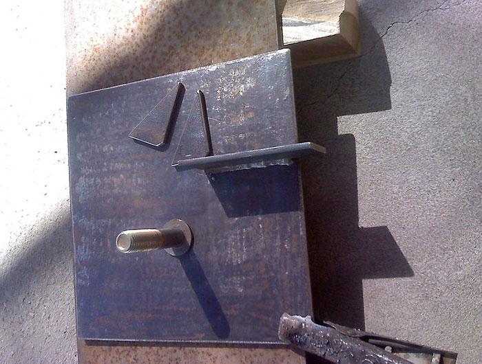 Шаг 6: Привариваем 2 уголка и металлическую пластину к плате