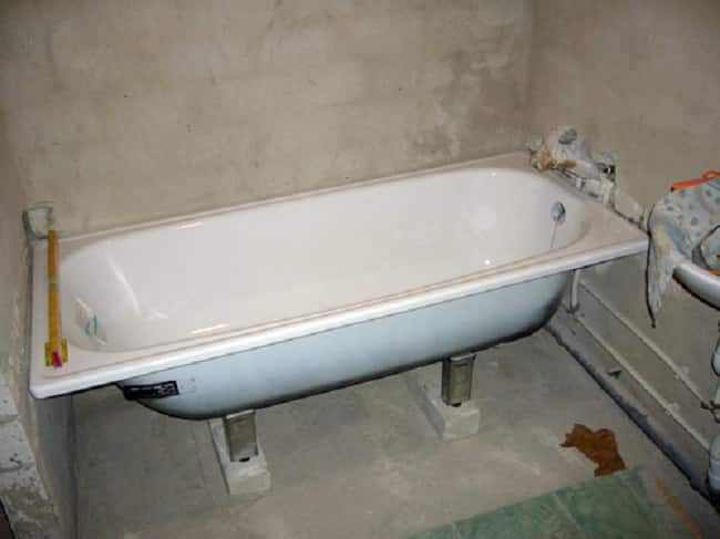 Стальная ванна на подпорках