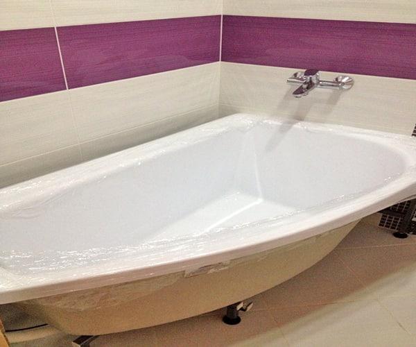 Установленная угловая акриловая ванна