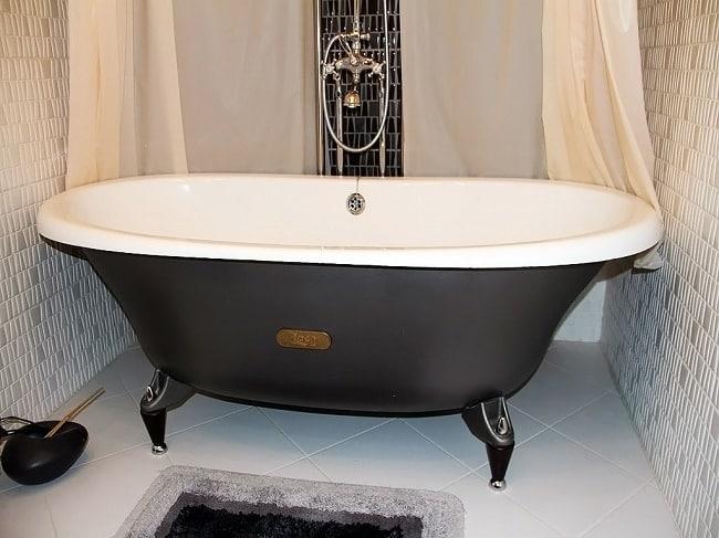 Установленная ванна из чугуна на ножках