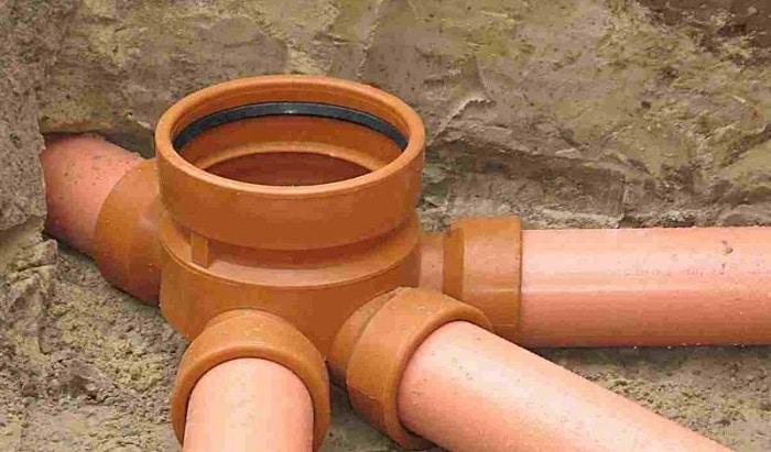 Смотровой колодец в месте соединения нескольких труб