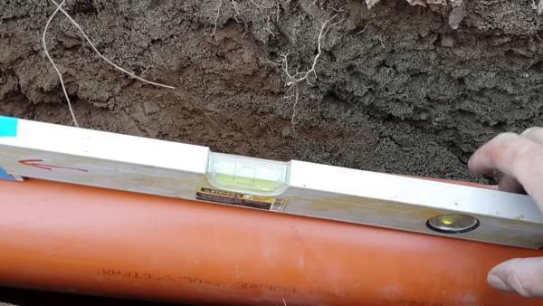 уровень для заложения канализации