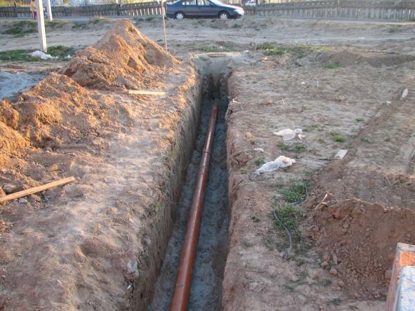 Заложение трубы системы канализации ниже уровня промерзания