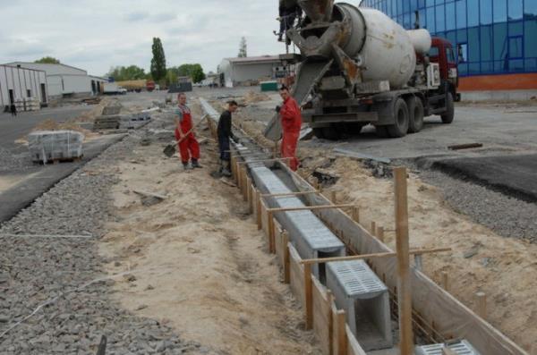 монтаж водоотводных бетонных лотков