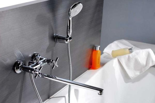 смеситель с душем в ванной комнате