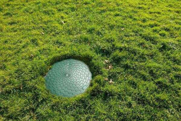 полимерный люк в траве