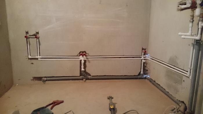 ремонт труб в стене